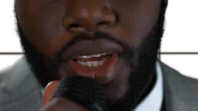 Het Afro-Amerikaanse mens geïsoleerd zingen stock video