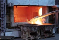 Het afromen van gesmolten aluminium royalty-vrije stock afbeelding