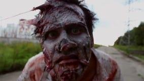 Het afschuwelijke zombiemonster bekijkt de camera en het snuiven van het stock video
