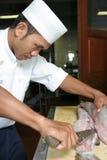 Het afslachten van de chef-kok barracudavissen Stock Foto's