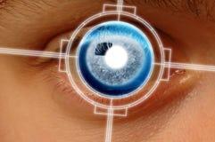 Het aftasten van de close-up van blauw oog Stock Foto