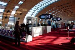 Het Aftasten van het lichaam in Luchthaven Parijs Stock Fotografie