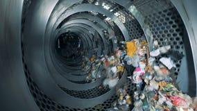Het afval draait binnen een industriële recyclingsmachine Afval recyclingsmateriaal stock footage