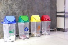 Het afval van het bakhuisvuil, plastic bak kringloopafval binnen de wandelgalerij, het afval van het bakhuisvuil voor afvalscheid stock afbeelding