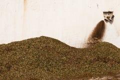 Het Afval van de Molen van de olijf: De Bladeren van de olijf stock afbeelding