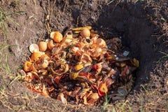 Het afval van het huisvuilvoedsel in een grondkuil in aard royalty-vrije stock afbeelding