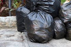 Het afvalplastiek, Veel stapel stapel van huisvuil de zwarte zakken op het openbare park van de vloergrond, velen dumpt de zwarte Royalty-vrije Stock Afbeelding