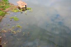 Het afvalwater komt van de olie van het mensenafvoerkanaal voor aan natuurlijke waterbronnen Royalty-vrije Stock Afbeelding