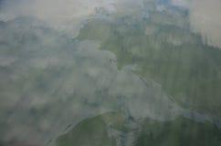 Het afvalwater komt van de olie van het mensenafvoerkanaal voor aan natuurlijke waterbronnen Stock Foto