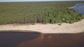 Het afvoerkanaal van Letland van de Gaujarivier in hoogste de menings4k UHD video van de Oostzee luchthommel stock videobeelden
