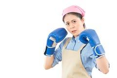 Het agressieve boze huisvrouw klaar vechten stock afbeeldingen