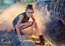 Het agressieve meisje van de militair-stijlaantrekkingskracht Stock Fotografie