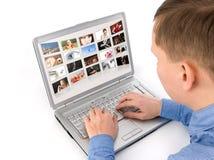 Het album van de foto op laptop stock fotografie