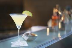 Het alcoholische schot van martini van de cocktailappel bij bar met tegen binnen bar Stock Afbeelding