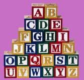 Het alfabet blokkeert roze achtergrond Royalty-vrije Stock Afbeeldingen