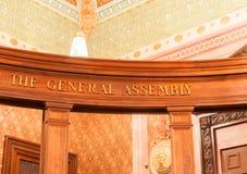 Het Algemene Vergaderingsteken op houten straal binnen de Staat C van Illinois Stock Fotografie