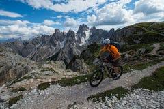het alpcrossing met fiets - mountainbike Stock Afbeelding
