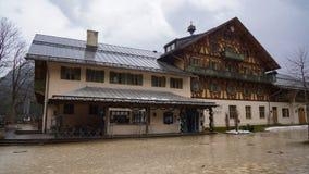 Het alpiene huis van de cabine Oostenrijkse erfenis stock foto