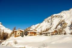 Het alpiene landschap van de de winterberg Franse Alpen met sneeuw Stock Fotografie