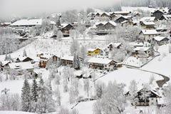 Het alpiene sprookjesland van de dorpswinter Stock Foto's