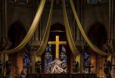 Het altaar en het kruis van Notre Dame de Paris Cathedral met de gebrandschilderd glasvensters langs de achtermuur in Parijs Fran stock afbeeldingen