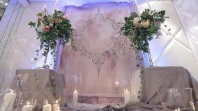 Het altaar om geloften bij huwelijksceremonie te ruilen is volledig van lichten stock footage