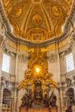 Het altaar van de 1653 eraapsis van St Peter's Basiliek Stock Foto's