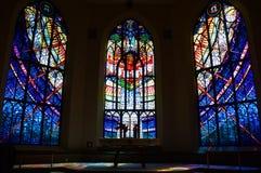 Het altaar van de gebrandschilderd glaskerk Stock Foto