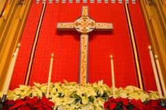 Het altaar van de kerk met poinsettia stock fotografie