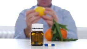 Het Alternatief van artsenexamine fruits like voor Vitaminenbehandeling met Geneeskundepillen stock footage
