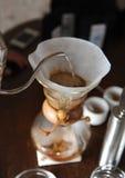 Het alternatieve brouwen van koffie in een document filter royalty-vrije stock foto's