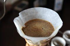 Het alternatieve brouwen van koffie in een document filterclose-up royalty-vrije stock afbeelding