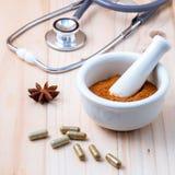 Het alternatieve poeder van gezondheidszorg Chinese kruiden in witte morta Royalty-vrije Stock Afbeeldingen