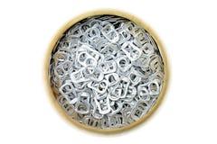 Het aluminium van de ringstrekkracht van blikken in houten kom royalty-vrije stock foto's