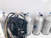 Het aluminiumgasflessen van het metaalchroom voor ademhaling onderwater, duikend met kleppen, reductiemiddelen en een kostuum voo royalty-vrije stock afbeeldingen