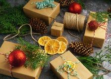 Het ambachtdocument stelt Vakjes van de Tak het Rode Ballen van de Koordspar Droge Gesneden Oranje Fruit op Concrete Achtergrond  Stock Foto's