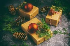 Het ambachtdocument stelt Vakjes van de Tak het Rode Ballen van de Koordspar Droge Gesneden Oranje Fruit op Concrete Achtergrond  Stock Afbeeldingen