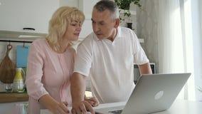 Het Amerikaanse bejaarde paar spreekt Het rijpe oudste en vrouwenliefde online winkelen stock video