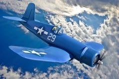Het Amerikaanse carrier-based vechtersvliegtuig vliegt tegen de blauwe hemel Stock Foto's