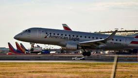 Het Amerikaanse Eagle Airlines-vliegtuig landen royalty-vrije stock foto