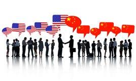 Het Amerikaanse en Chinese Bedrijfsmensen Spreken royalty-vrije stock fotografie