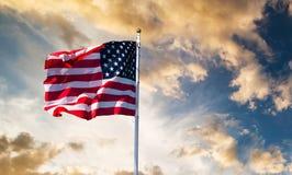 Het Amerikaanse Golven van de Vlag royalty-vrije stock foto