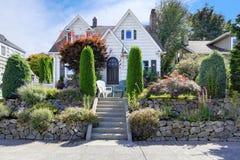 Het Amerikaanse huis van de vakmanstijl met mooi landschapsontwerp Stock Afbeelding