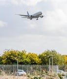 Het Amerikaanse Luchtroutes straal landen in Heathrow stock foto's