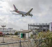 Het Amerikaanse Luchtroutes straal landen in Heathrow stock afbeeldingen