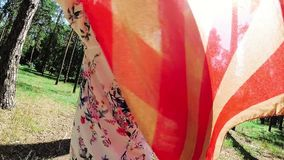 Het Amerikaanse meisje met de V.S. markeert glimlach en draai die rond, in Amerika reizen stock videobeelden