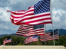 Het Amerikaanse vlaggen vliegen stock foto