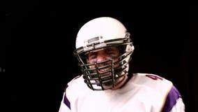 Het Amerikaanse voetbalconcept, motivatie, kapitein van Amerikaans voetbalteam motiveert team om te spelen, zwart close-up, stock footage