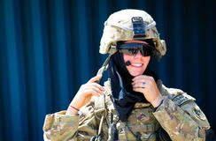 Het Amerikaanse vrouwelijke militair glimlachen stock fotografie