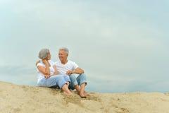 Het amuseren van bejaard paar op het strand royalty-vrije stock foto